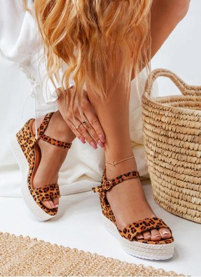 sandały leopard na koturnie